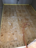 浮き床を組み、防音室側の下地を組んでいきます。