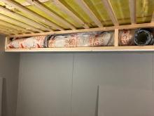 吸排気ダクトボックスを天井に梁型で設けます。防音室は気密性の高いお部屋なので吸排気は必須です。