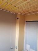 ぼうん室の壁と天井ができ上りました。天井は吸音天井に仕上げます。 吸排気ダクトボックスを出入口横の壁に設けました。