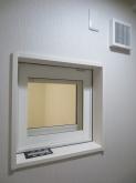 お部屋の外から中の様子を確認できるようにFIX窓を設置しています。