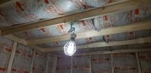天井も同様に断熱材を詰めています。 防音室の特徴である2重構造をつくっていきます。
