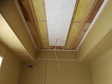 天井を吸音天井に仕上げています。 天井には梁型で吸排気ダクトボックスを設けています。