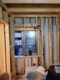 防音室側の柱を立てています。 2重構造をつくっていきます。