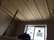 防音室側の壁と天井のボード張りをしています。