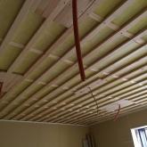 天井を吸音天井に仕上げています。