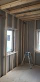 浮き床の上に下地を組んで防音室側の壁と天井をつくっていきます。