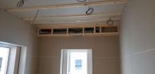 天井に梁型で吸排気ダクトボックスをつくっています。