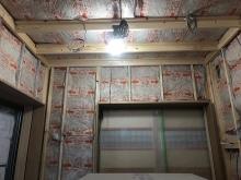 浮き床に下地を組み、防音室側の壁と天井をつくっています。