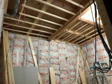 躯体壁と天井の遮音補強をしていきます。