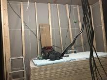 躯体の補強後に防音室側の下地を組んでいきます。