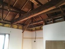 解体作業を行いました。 天井高を確保するため解体を行います。