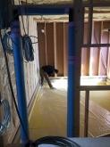 浮き床コンクリートの下地組をしています。