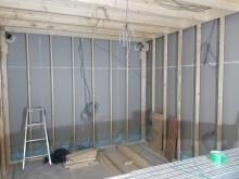 躯体に触れないように柱を立てて防音室側の壁と天井をつくっています。
