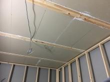 躯体の遮音補強後に防音室側の柱を立てて、防音室の2重構造をつくっていきます。