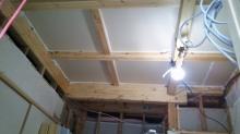 躯体天井や壁の遮音補強です。 隙間を埋めていきます。