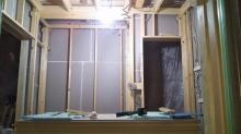 防音室側の柱を立てて防音室の2重構造をつくっていきます。