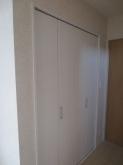 押入れの半分を廊下側から使用できる収納につくり直しました。