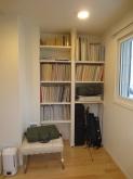 クロス施工後のお写真です。 可動式の楽譜棚を設けました。