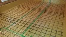 浮き床コンクリートの下地組です。