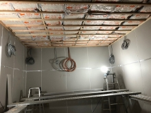 石膏ボードを何枚も張り重ねていきます。 天井も壁と同様に補強をします。