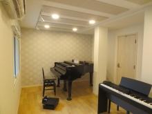 天井には弊社オリジナルの吸音パネルを設置し音の響きを調整しています。
