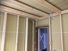 躯体の遮音補強後に防音室側の下地を組んでいきます。