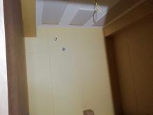 天井には弊社オリジナルの吸音パネルを設置しています。