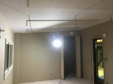 腰窓には内側に2重で樹脂サッシを設置し、出入り口には木製の防音ドアを2重で設定しています。 収納内も防音処理を施しています。
