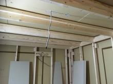 躯体の遮音補強後に防音室側の下地を組んでいます。