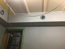 天井に梁型で吸排気ダクトボックスを設けています。防音室は気密性の高いお部屋になるので換気システムは必須です。