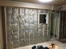 リビング側開口部は間仕切りを造作し独立したお部屋に仕上げていきます。