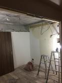 解体作業を行いました。 既設クローゼットは反転させて隣部屋から使えるようにします。