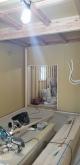 第1遮音壁と天井ができあがってきました。 2部屋の間の出入り口は樹脂サッシを2重で設置します。