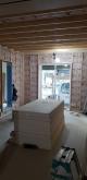 防音室側の下地を組んで、空気層に断熱材をつめています。