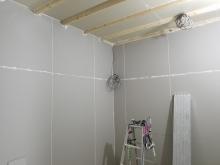 第1遮音壁と天井ができあがりました。