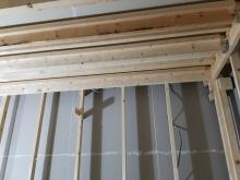 躯体に触れないように柱を立てて防音室側の壁と天井をつくっていきます。
