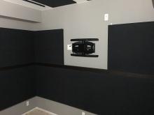 バンド室では音の響きがない音響空間が好まれるため、吸音パネルを天井と壁に設置します。