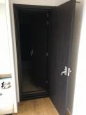 出入口は木製防音ドアを2重で設置しています。