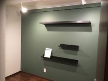 壁にはお客さまが用意された飾り棚を設置しています。
