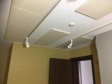 天井には弊社オリジナルの吸音パネルを取り付けています。 音の響きを調節しています。