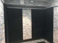 クロス施工完了です。 落ち着いた雰囲気のお部屋に仕上がりました。 壁と天井に吸音パネルを設置しています。
