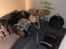 お客様立会いのもとドラムを入れて音テストを行いました。