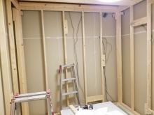 躯体の遮音補強後に防音室の下地を組んで中にもう一つお部屋をつくっていきます。
