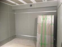 クロス施工後に壁にも吸音パネルを設置して仕上がりがデットな音響空間に仕上げます。
