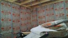 躯体に触れないよう柱を立てて防音室側の壁と天井をつくっていきます。
