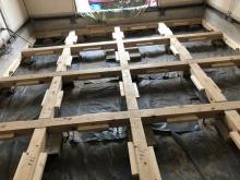 構造床をつくり直しています。 床下には束補強をしっかりと行いました。