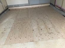 床工事です。構造床の上に浮き床を施工しています。