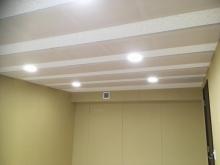 天井を吸音天井に仕上げています。 音の響きを調節してお好みの音響空間に仕上げます。