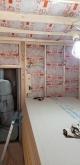 躯体壁と防音室の間には断熱材を詰めています。