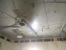 解体工事を行いました。 壊せる床や天井は解体して、できる限り天井高を確保します。